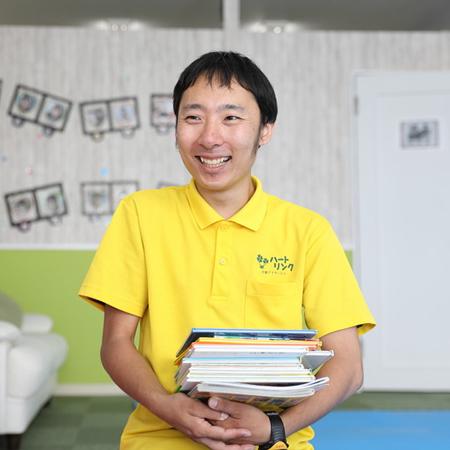 富岡東スタッフ、子ども達に安心して過ごしてもらえるよういつも笑顔を心がけています。