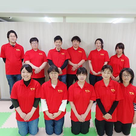 富岡駅前 スタッフ、子ども達に安心して過ごしてもらえるよういつも笑顔を心がけています。
